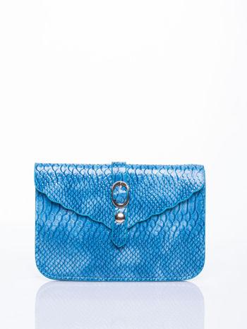 Niebieska kopertówka z motywem skóry krokodyla