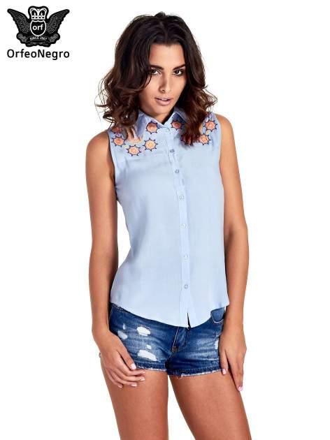 Niebieska koszula bez rękawów z kolorowym haftem na górze                                  zdj.                                  1