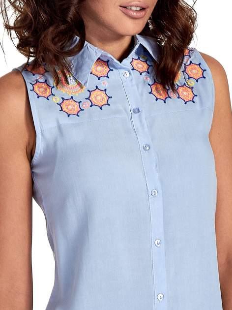 Niebieska koszula bez rękawów z kolorowym haftem na górze                                  zdj.                                  5