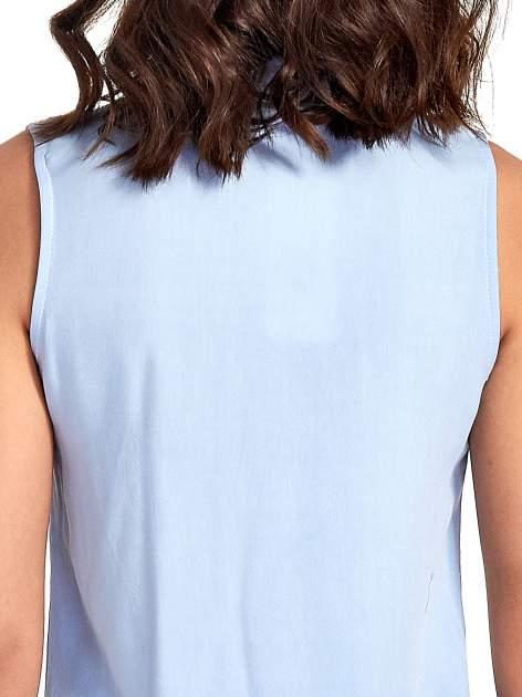Niebieska koszula bez rękawów z roślinnym haftem na górze                                  zdj.                                  6
