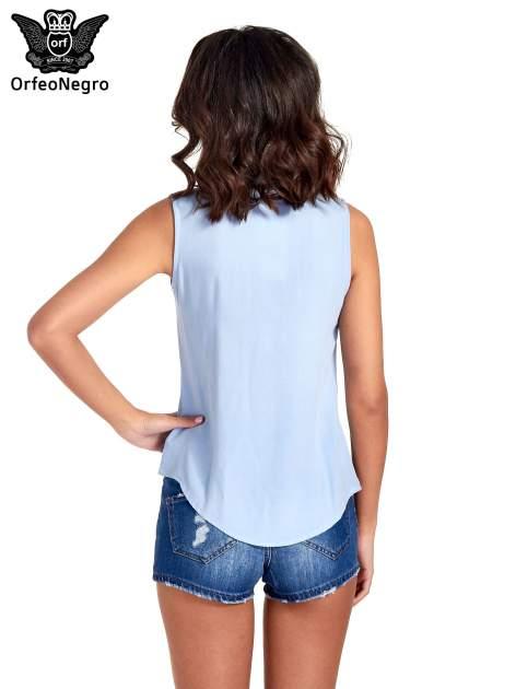 Niebieska koszula bez rękawów z roślinnym haftem na górze                                  zdj.                                  4
