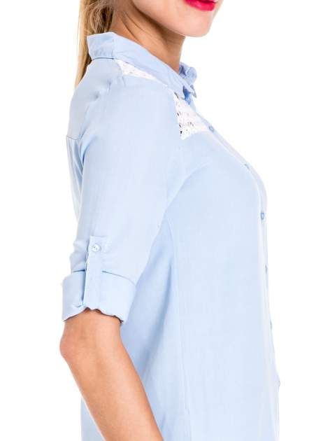 Niebieska koszula damska z koronkową górą                                  zdj.                                  6