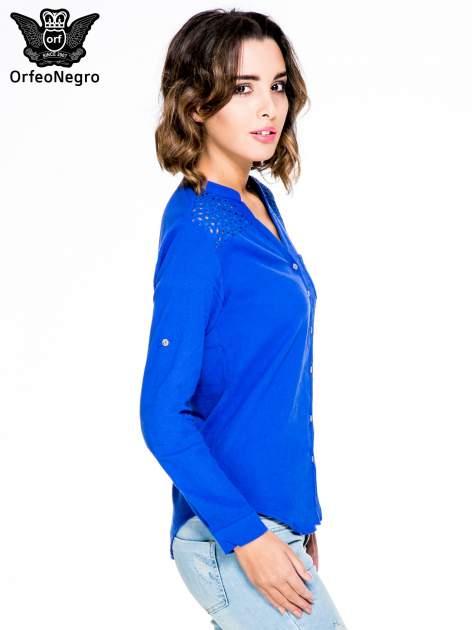 Niebieska koszula z ażurowaniem na górze i kieszonką                                  zdj.                                  3