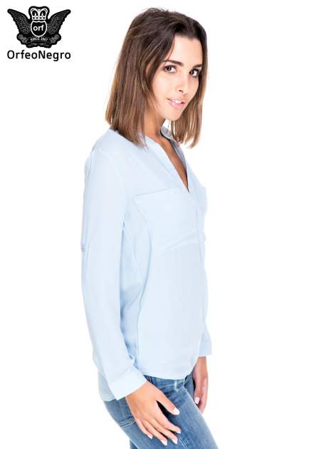 Niebieska koszula z dużymi kieszeniami i dekoltem w serek                                  zdj.                                  3