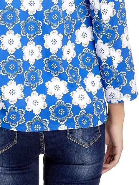 Niebieska koszulonarzutka we wzór w kwiaty                                  zdj.                                  7
