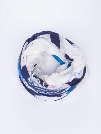 Niebieska kwadratowa chusta w literowy wzór i ciapki