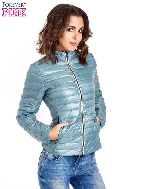 Niebieska lekka kurtka puchowa z kontrastowym zamkiem