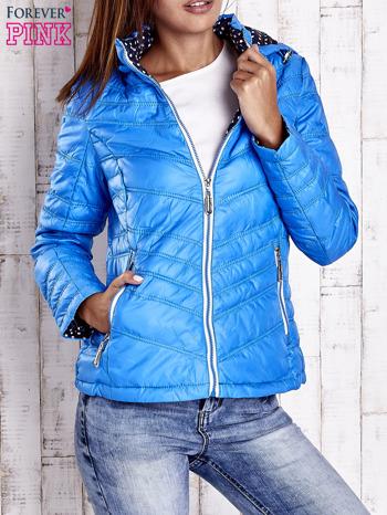 Niebieska pikowana kurtka z wykończeniem w groszki                                  zdj.                                  1