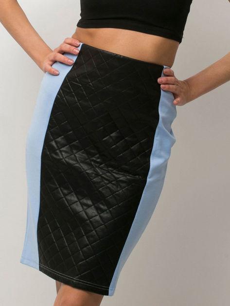 Niebieska spódnica z pikowaną wstawką                              zdj.                              1