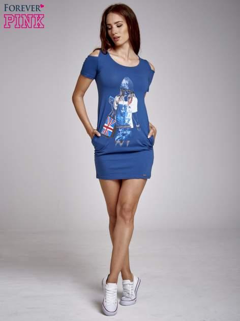 Niebieska sukienka dresowa cut out shoulder z nadrukiem dziewczyny                                  zdj.                                  4