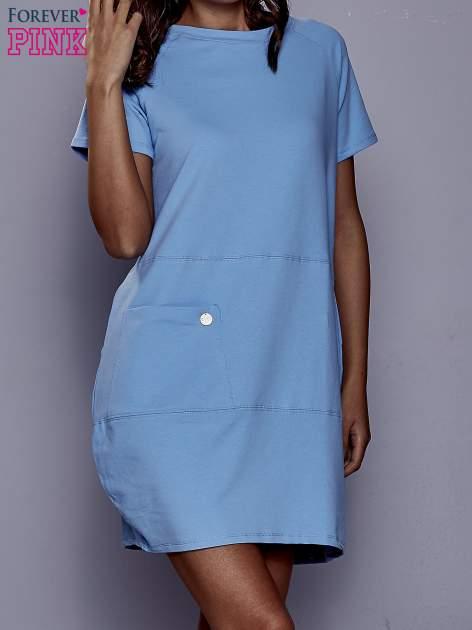 Niebieska sukienka dresowa z kieszenią z boku