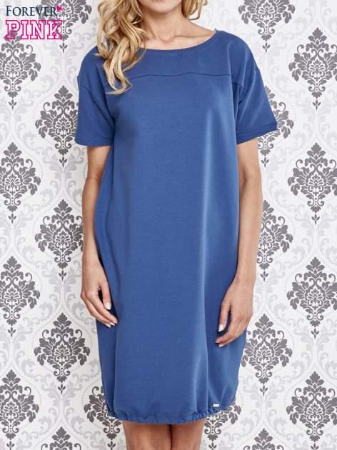 Niebieska sukienka dresowa ze ściągaczem na dole