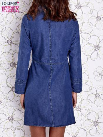 Niebieska sukienka jeansowa z plecionymi elementami                                  zdj.                                  5