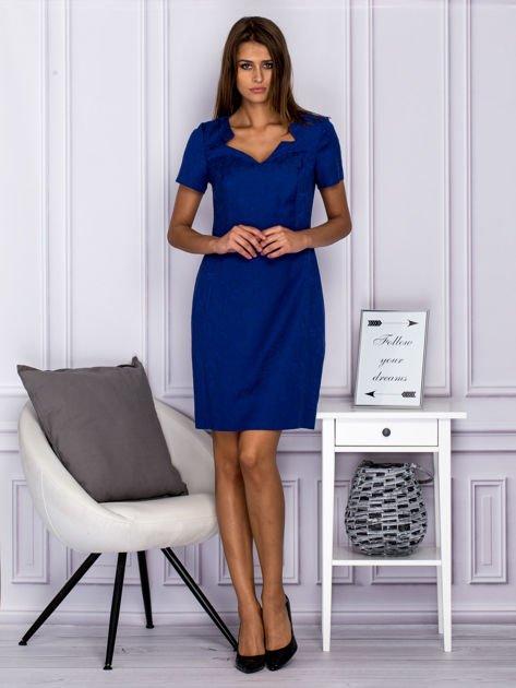 Niebieska sukienka koktajlowa w tłoczony ornamentowy wzór                              zdj.                              4