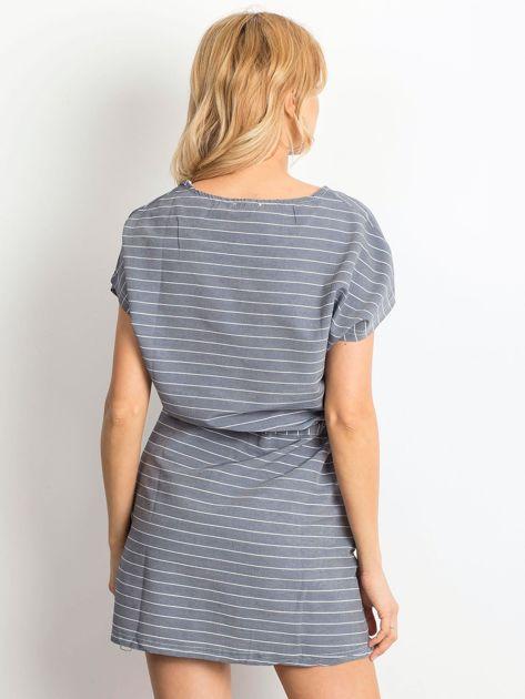 Niebieska sukienka w paski z wiązaniem                              zdj.                              5