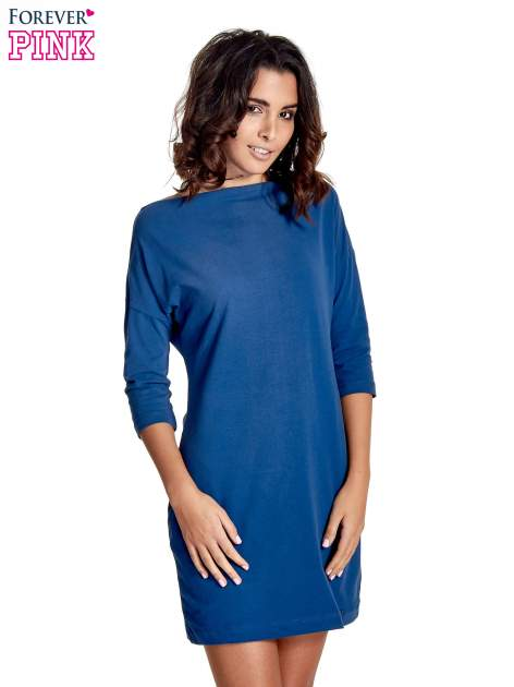 Niebieska sukienka z dekoltem w łódkę