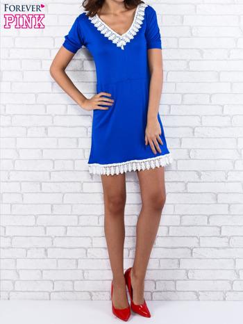 Niebieska sukienka z koronkowym wykończeniem
