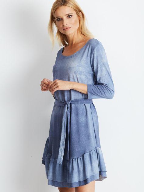 Niebieska sukienka z paskiem i falbaną                              zdj.                              2