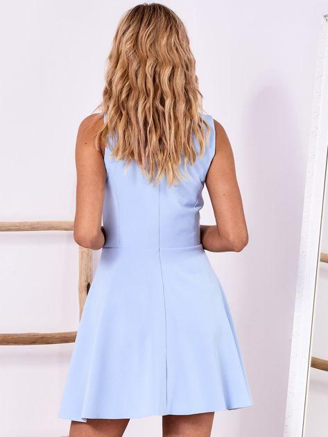 Niebieska sukienka z roślinną aplikacją                              zdj.                              2