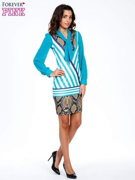 Niebieska sukienka z  wiązaniem przy dekolcie i nadrukiem skóry węża                                  zdj.                                  2