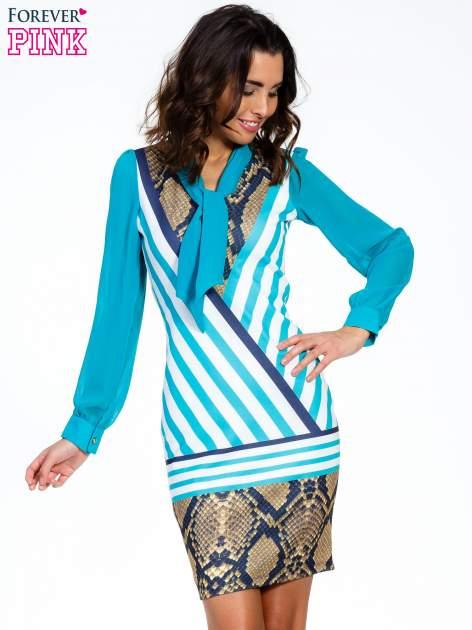 Niebieska sukienka z  wiązaniem przy dekolcie i nadrukiem skóry węża                                  zdj.                                  1