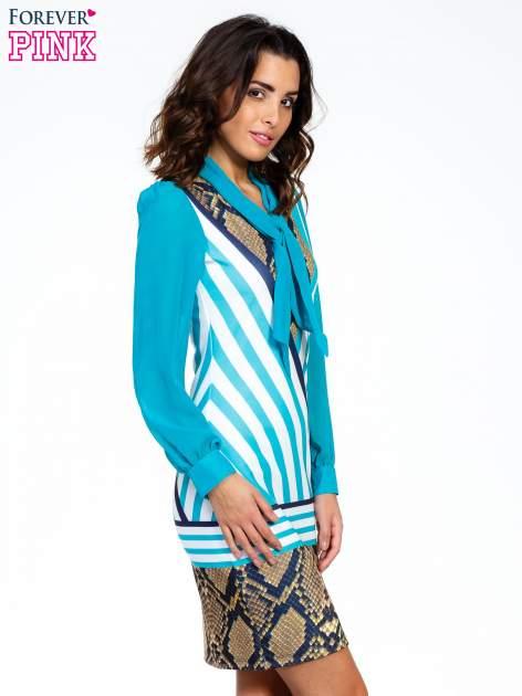 Niebieska sukienka z  wiązaniem przy dekolcie i nadrukiem skóry węża                                  zdj.                                  3