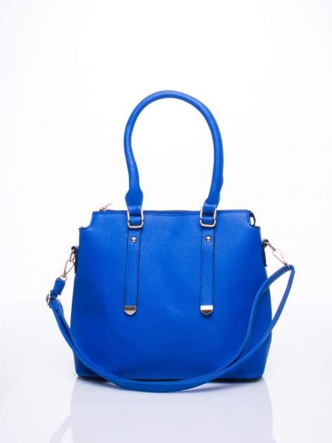Niebieska torba na ramię z ozdobnymi detalami