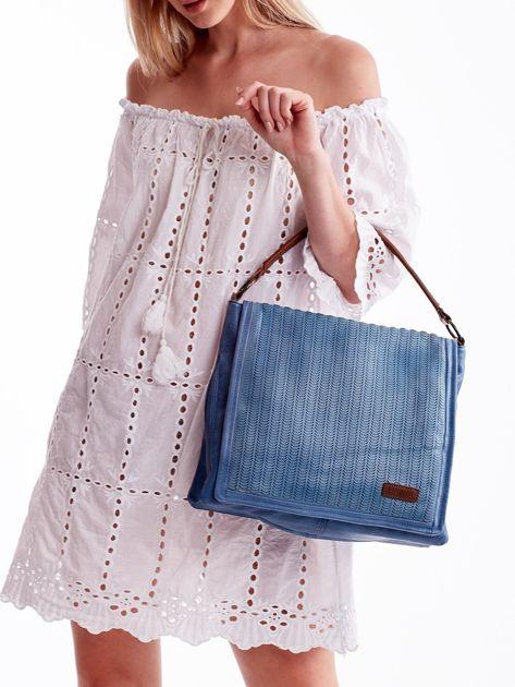 Niebieska torba z ażurowaną klapką                              zdj.                              5