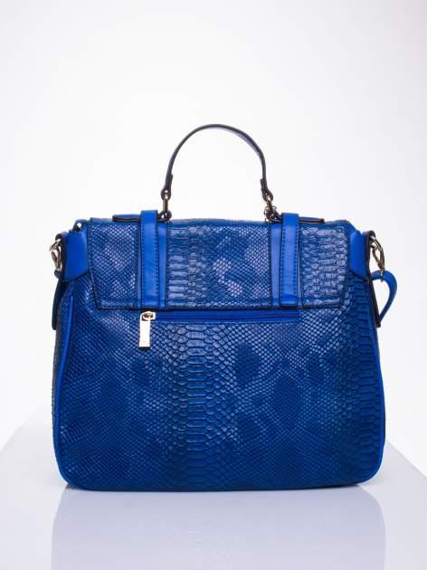 Niebieska torba z zawieszką z motywem skóry węża                                  zdj.                                  2