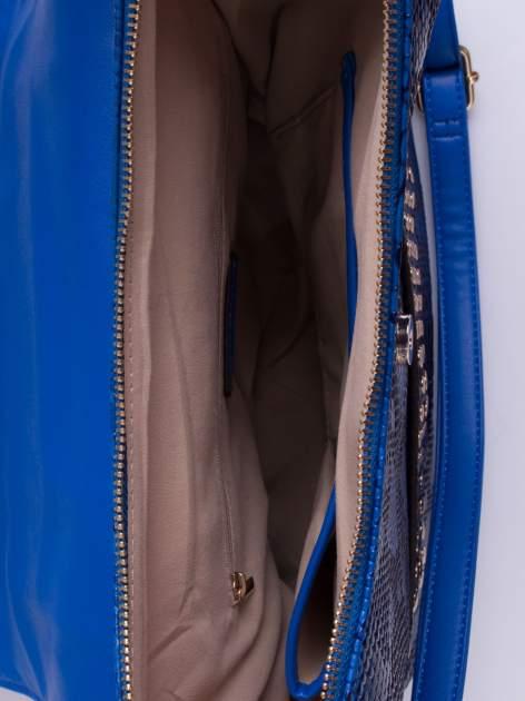 Niebieska torba z zawieszką z motywem skóry węża                                  zdj.                                  4