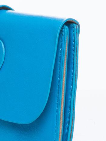 Niebieska torebka listonoszka z klapką                                  zdj.                                  8