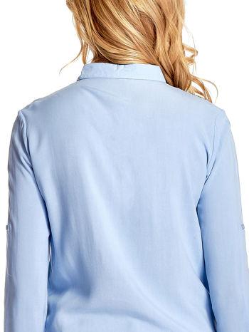 Niebieska wiązana koszula z aplikacjami na ramionach                                  zdj.                                  8