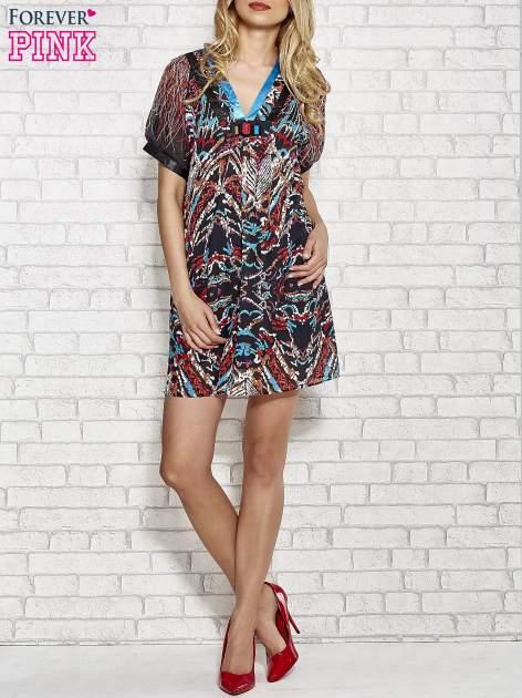 Niebieska wzorzysta sukienka z kamieniami                                  zdj.                                  4