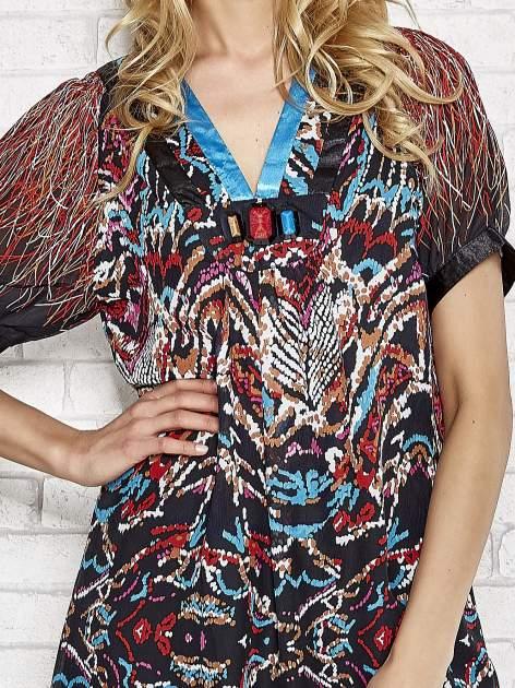 Niebieska wzorzysta sukienka z kamieniami                                  zdj.                                  5