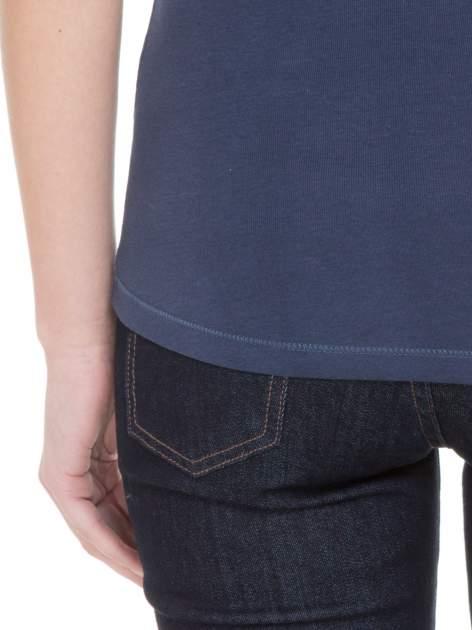 Niebieski bawełniany t-shirt damski z okrągłym dekoltem                                  zdj.                                  6