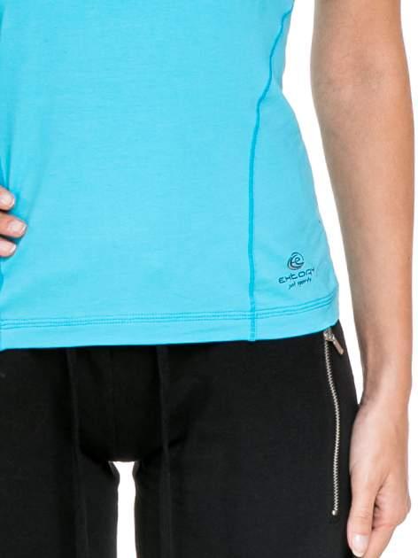 Niebieski damski t-shirt sportowy z modelującymi przeszyciami                                  zdj.                                  5