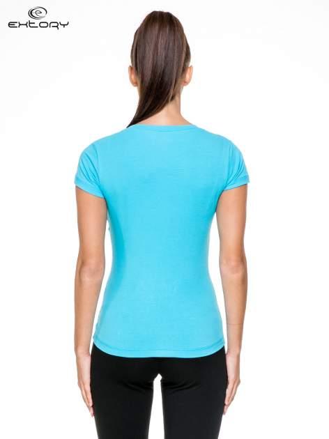 Niebieski damski t-shirt sportowy z modelującymi przeszyciami                                  zdj.                                  4