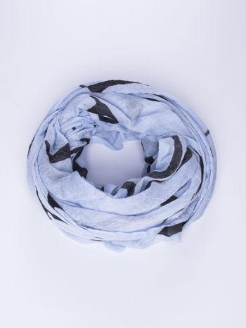 Niebieski duży szal z literowym nadrukiem                                  zdj.                                  1