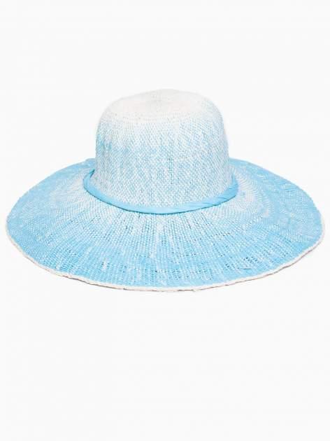 Niebieski kapelusz słomiany z dużym rondem i kwiatem                                  zdj.                                  5
