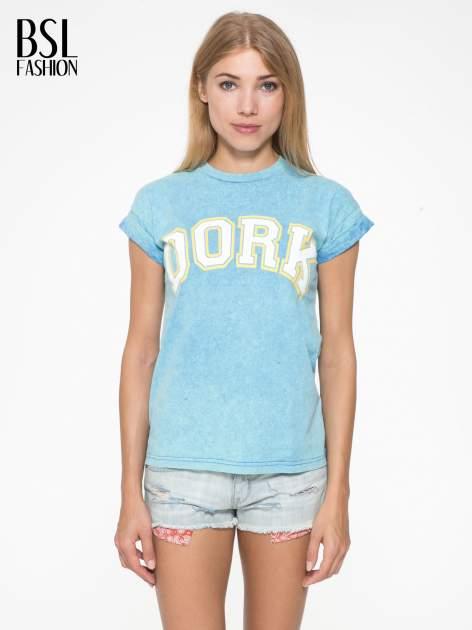 Niebieski marmurkowy t-shirt z nadrukiem DORK                                  zdj.                                  1