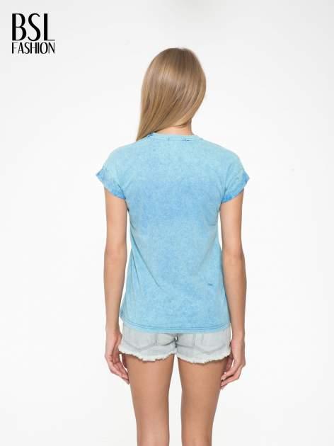 Niebieski marmurkowy t-shirt z nadrukiem DORK                                  zdj.                                  4