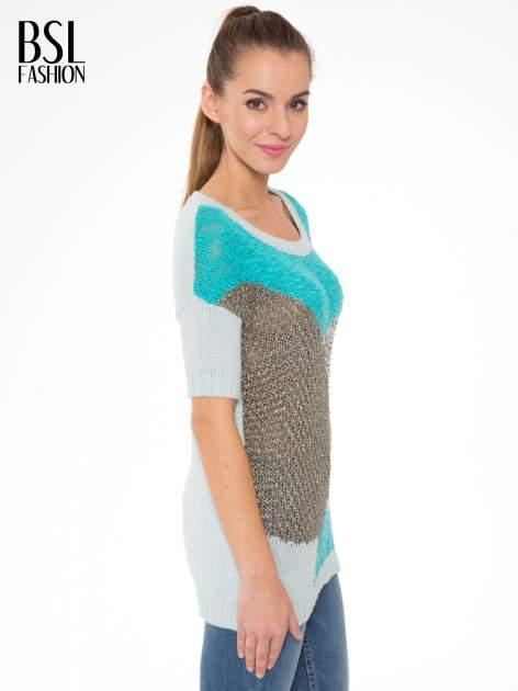 Niebieski patchworkowy sweter z krótkim rękawem                                  zdj.                                  3