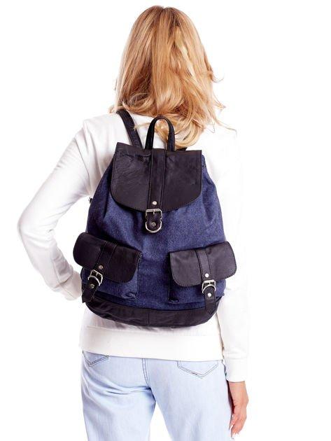 Niebieski plecak z kieszeniami