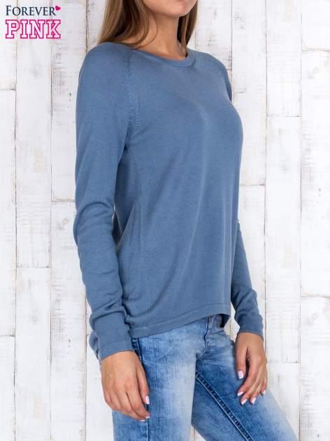 Niebieski sweter z dłuższym tyłem i zakładką na plecach                                  zdj.                                  3
