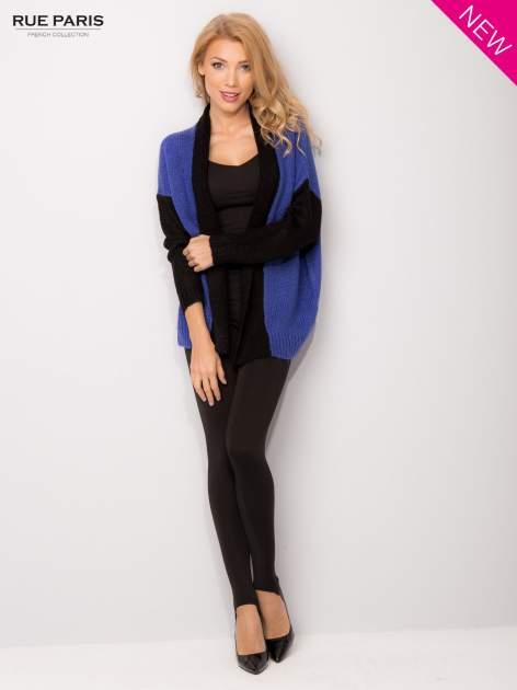 Niebieski sweter z kontrastowym pasem i rękawami                                  zdj.                                  2