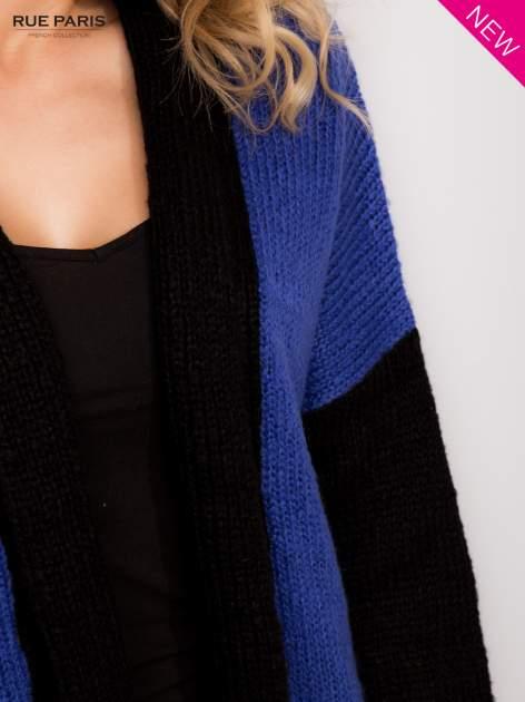 Niebieski sweter z kontrastowym pasem i rękawami                                  zdj.                                  4