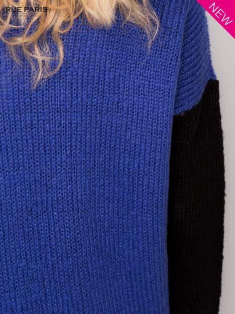 Niebieski sweter z kontrastowym pasem i rękawami                                  zdj.                                  5