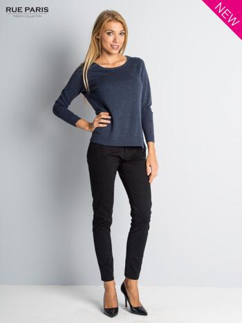 Niebieski sweter z rozporkami i dłuższym tyłem                                  zdj.                                  1