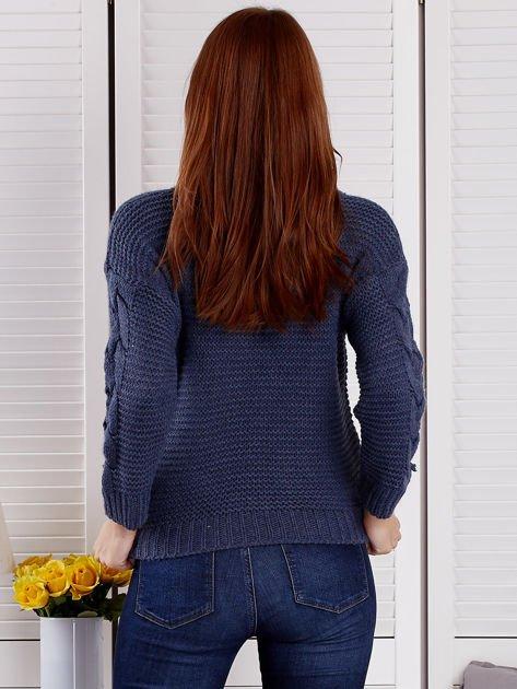 Niebieski sweter z warkoczowymi splotami                              zdj.                              2