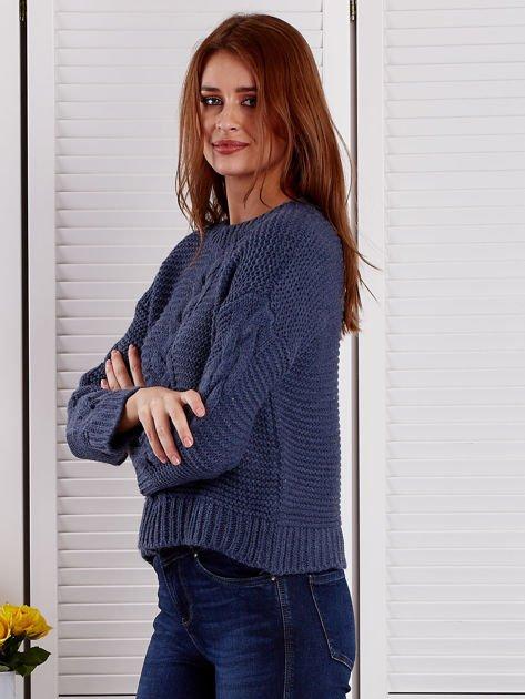 Niebieski sweter z warkoczowymi splotami                              zdj.                              3
